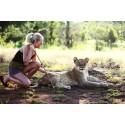 Modebloggaren Angelica Blick jobbar med lejon i Zimbabwe.