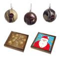 Handgjord chokladtryffel i julkalendern och konstnärliga choklad-julgranskulor