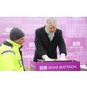 Peter Eriksson genomför den första gjutningen av Einar Mattssons hyresrätter i Norra Djurgårdsstaden