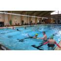 Vansbrosimningen lär nyanlända att simma