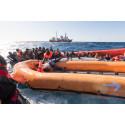 Aquarius team undsätter människor på en gummibåt i sjönöd på Medelhavet, mars 2018. Foto: Laurin Schmid/SOS MEDITERRANEE