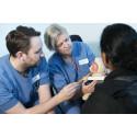 Doktoranden och gynekologen Philip Haraldson samt gynekolog Nina Bohm Starke i samtal med en patient