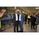 Christian Rockberger, VD för Stockholm Parkering, och Daniel Helldén, trafikborgarråd i Stockholms stad och styrelseordförande i Stockholm Parkering, inviger Odenplans cykelgarage.