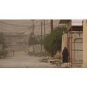 IRAK – En kvinna som promenerar på en övergiven gata.