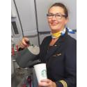 Om lidt er kaffen klar… skænket af kabinechef Karin Høj. Fremover er den leveret Fairtrade af Starbucks på alle Thomas Cook Airlines' flyvninger til og fra Norden.