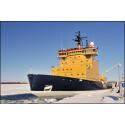 Isbrytaren Frej rensar upp för färjetrafiken till Holmöarna