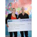 Johan Mast från Läkare Utan Gränser tar emot check från GodEls Facebook-kampanj #vemfårmiljonen