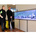 De to fiskeeksperter ses her foran et nyinstalleret akvarie