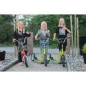 Tre barn och en 16 mil lång resa – på sparkcykel!