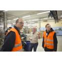 Lars-Göran Rohlén, Orica, beskriver tillverkningsprocessen i Exelfabriken för Anders Tålsgård och Johan Lagerqvist från Pemco Energi