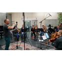 Bernt Simen Lund har arrangert mange av strykearrangementene - instruerer orkesteret i studio.