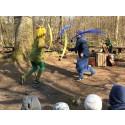 Maskrosen med lilla biet och Vatten dansar för eleverna.