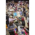 Tusentals besökare trängs i Solnahallen under Antikdagen.