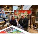 Michael Bundesen signerer plakater i Illums Bolighus