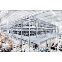 Stockmannin kolmitasoiseen riippuvan tavaran varastoon mahtuu yli 350 000 vaatekappaletta.