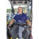 Örjan voi edelleen ajaa kaivinkonetta Engconin ergonomisten hallintakahvojen avulla