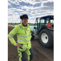 Göran arbetar med odlingarna i Elnaryd.