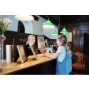Hotell- & restaurangkedja blir kontantfri och inför både bonussystem  och välgörenhetsdricks