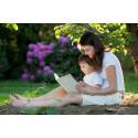 Foto kvinna som läser med barn