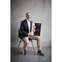 aeris Geschäftsführer Josef Glöckl mit der Urkunde für die Doppelprämierung seines jüngsten Portfolio-Stars numo.
