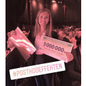 Sarah Scheller med checken på fem miljoner kronor