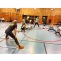 Johan Wissman ger barnen träningstips på Knatteträning