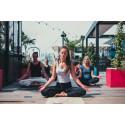 Yoga på ett tak nära dig