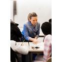 Unn från PE Accounting, mentor, deltar i workshop med skolklass