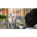 Besöksplatser med plexiglas gör efterlängtade möten möjliga