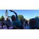 Över 100 yogis spred glädje i Varberg under Internationella Yogadagen.