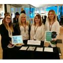 Unga företagare visar upp sina varor och tjänster