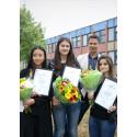 Georgina, Sabina och Lina på Hjällboskolan tog emot stipendium för väl utfört skolarbete av Poseidons distriktschef Svante Lahti