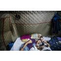 Khalid och Ramzi i tältet där de bor.