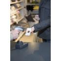 Kvinna som använder appen Loyo för att registrera ett köp i butik