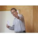 Hans-Inge Almgren, projektledare Nordic Infracenter pekar med hela handen.