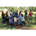 Gör som barnen på Gustafs barnhem i Kenya - en egen version av rocka sockorna-låten!