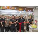 Invigning av Ekeby Hälsocenters nya lokaler 150825. Maria Erlandsson, värdinna och Mats Brolin, verksamhetschef klipper bandet.