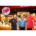 Jonny, Suleyman och Daniel Yüksel i restaurangen i Allum.