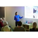 Helena Jönsson, projektledare hos Stockholmshem, ordnar hållbara föreläsningar för hyresgästerna i Valla torg.
