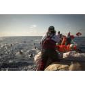 Videon visar hur 600 människor räddas på Medelhavet