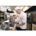 Per Bolund praktiserar hos Max. Restaurangchef Johanna Sääf instruerar.