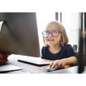 Lapsi tietokoneella