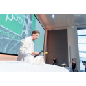 Casper Slots, idémageren bag Particle 3D, på scenen for at pitche