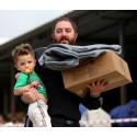 Pappa och son som fått filtar av UNICEF i Irak