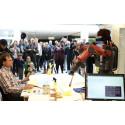 Peter Wahlbeck är med och coachar robot som deltar i konsttävling