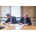 Avtalen signeres av lufthavndirektør Øyvind Hasaas (t.v) og direktør for Munch-museet Stein Olav Henrichsen (Foto: Munch-museet)