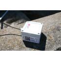 Den lilla givardosan är kopplad till en lång kabel med en temperaturmätare i änden som ligger på en meters djup i vattnet. Varje kvart rapporterar den temperaturen till mottagaren på vattentornet.