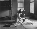 Tokonomo med Geisha. Ida Trotzigs fotosamling, Världskulturmuseerna