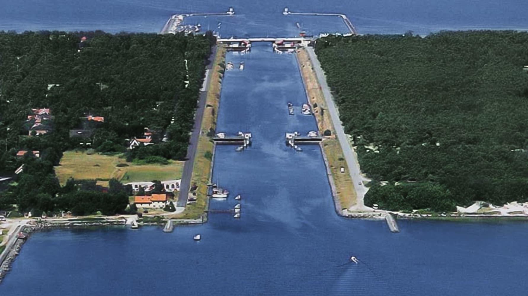Falsterbokanalen i Höllviken med Ljunghusen på ena sidan