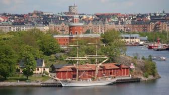 Tre Kronor af Stockholm i hemmahamn vid Kastellholmen, Stockholm. Fotograf: Sture Haglund